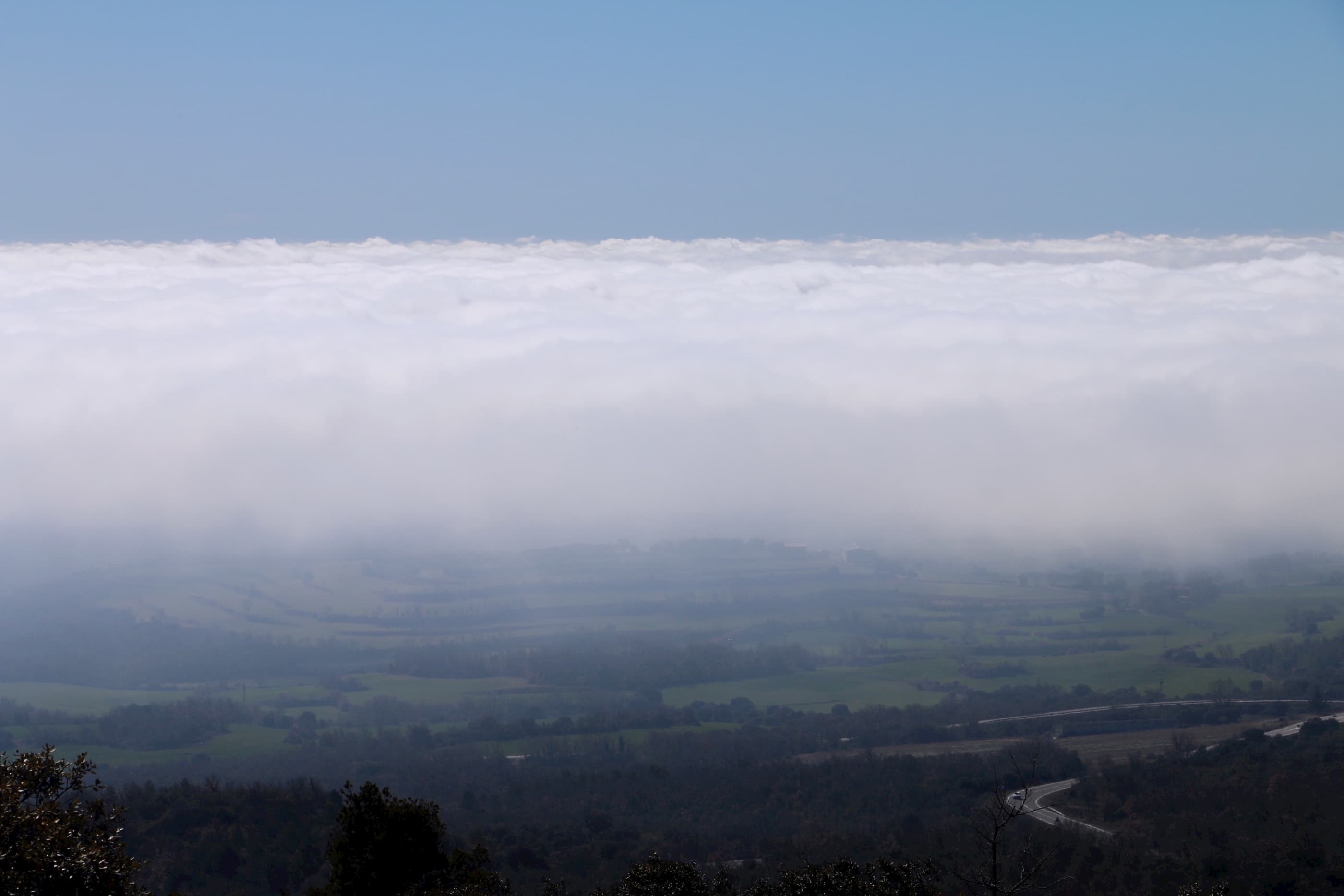 La «boira»(niebla), sobre la comarca leridana de La Noguera, vista desde la sierra del Montsec (coll de Comiols).