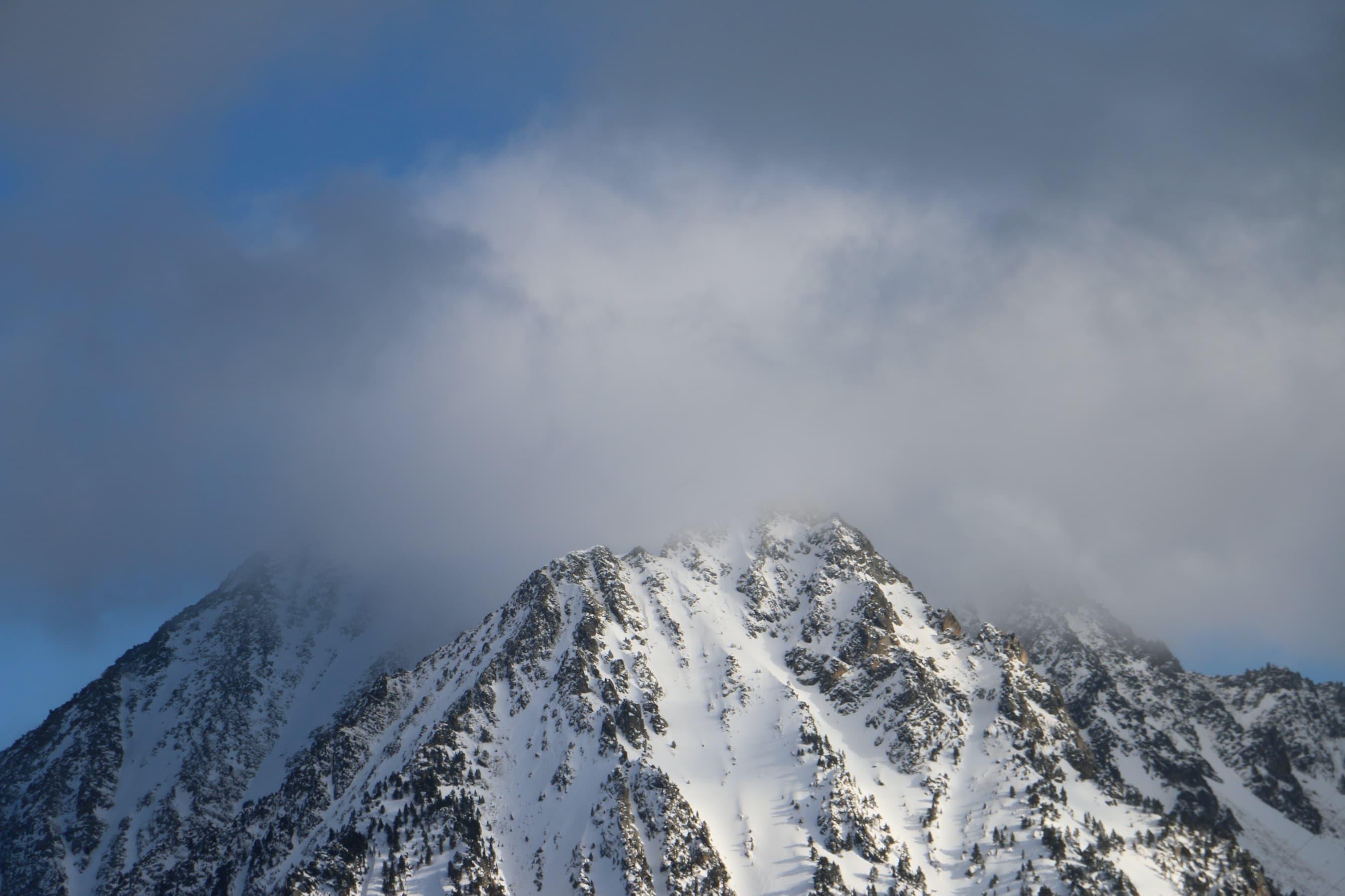 La núvols xoquen contra la muntanya al port de la Bonaigua